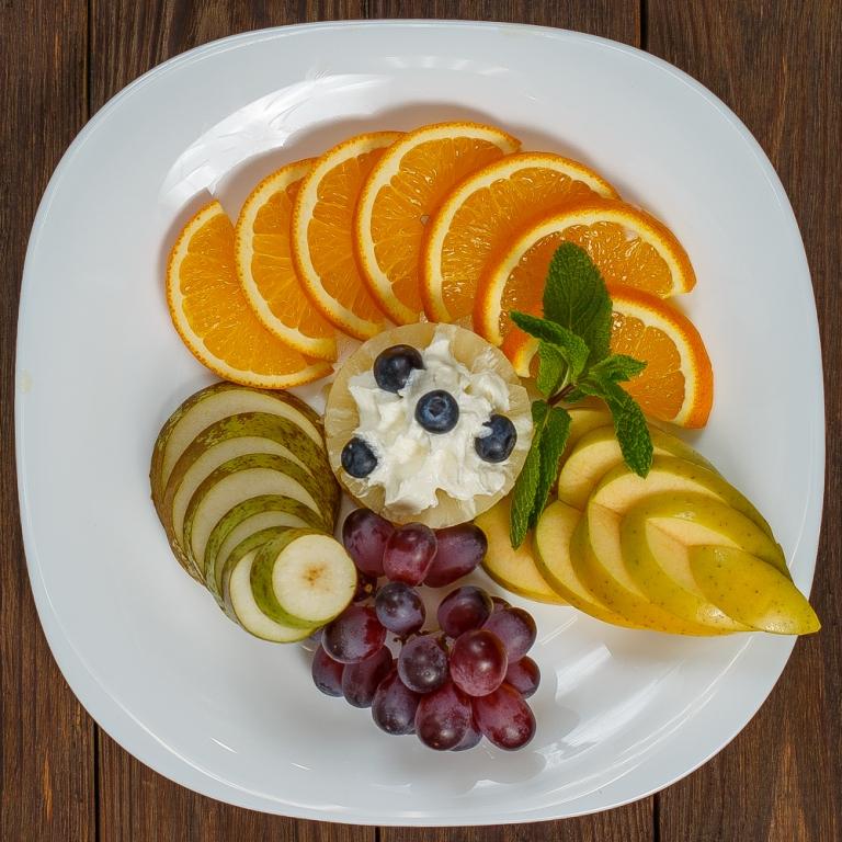 Рисунки из фруктов на тарелке фото